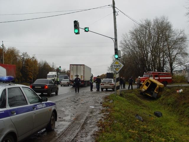 Сегодня, около 12 часов 30 минут, на трассе М-7, при въезде в поселок Кугеси, столкнулись три автомобиля.