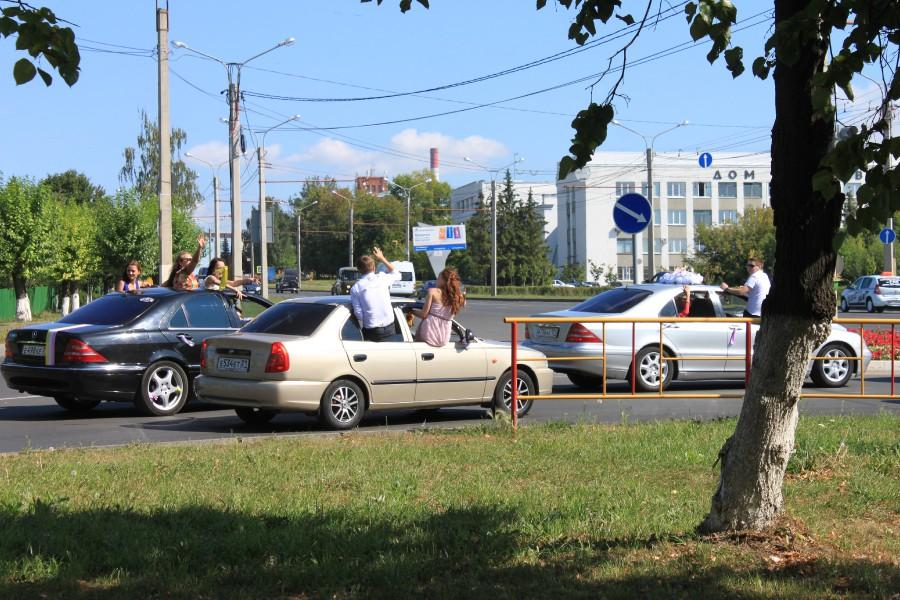 Bentley на тротуарах и дети, высунувшиеся из окна