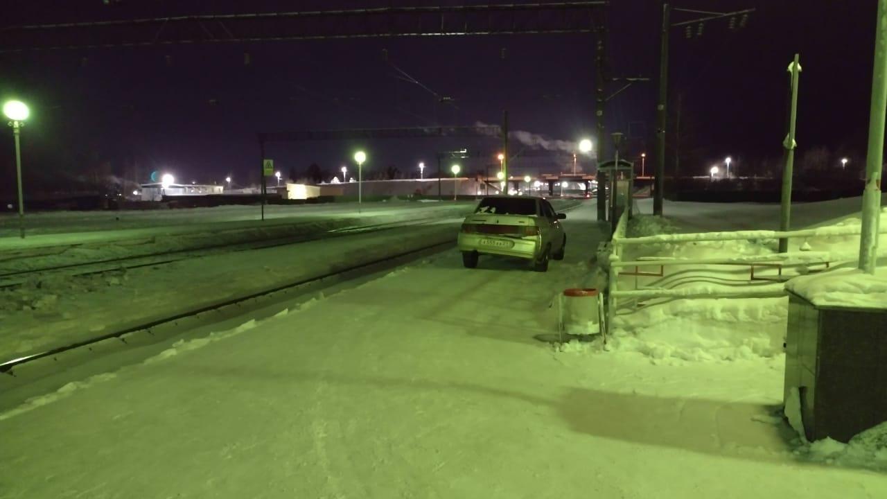 Фото: В Вурнарах нетрезвый водитель, уходя от погони, заехал на перрон ж/д вокзала
