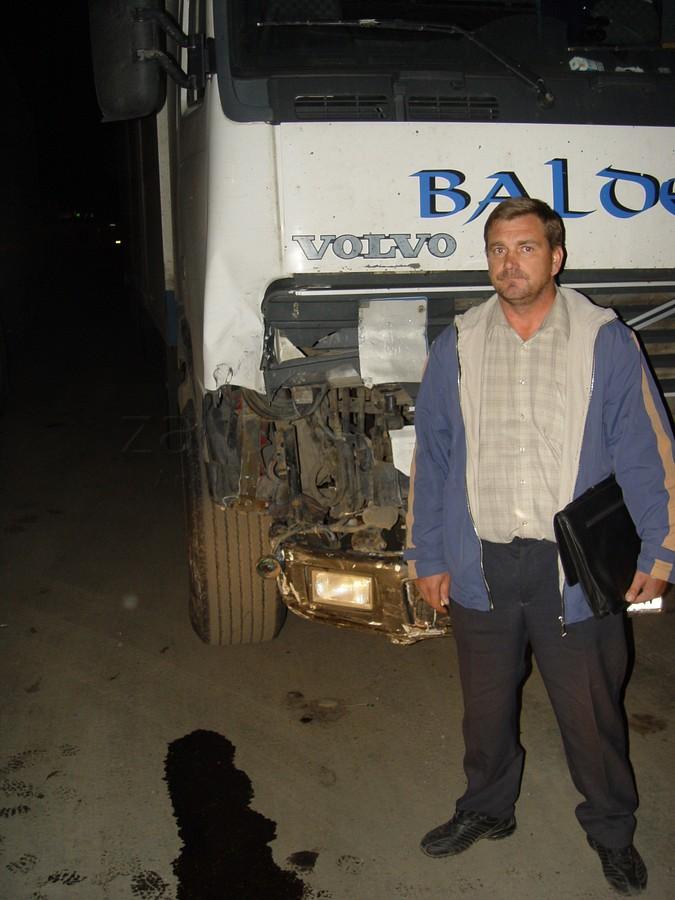 Фотография виновника на фоне покореженной машины